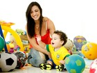 Daniela Cavalieri, mulher do goleiro do Fluminense, posa com o filho Enzo em sua casa, no Rio
