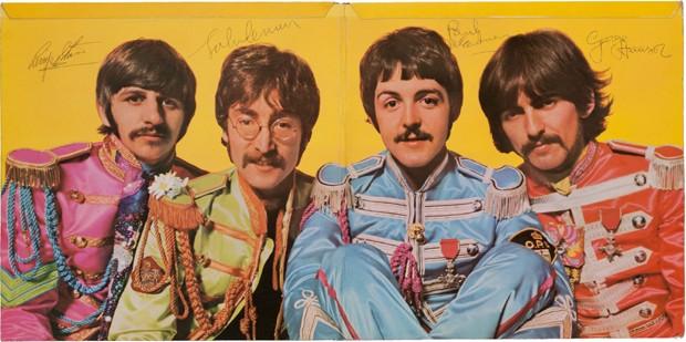 """Cópia assinada de """"Sgt. Pepper's"""" é leiloada por mais de US$ 290 mil nos EUA"""