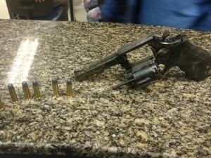 Após buscas, agentes encontraram revólver e munições.  (Foto: Divulgação/Polícia Militar)