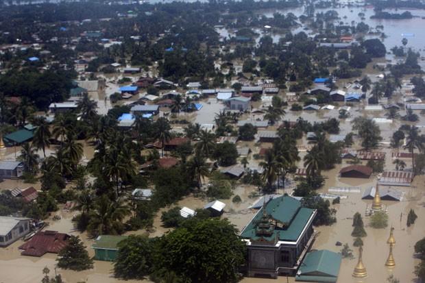 A vila de Sagaing, em Mianmar, é vista inundada neste domingo (2) (Foto: Khin Maung Win/AP)