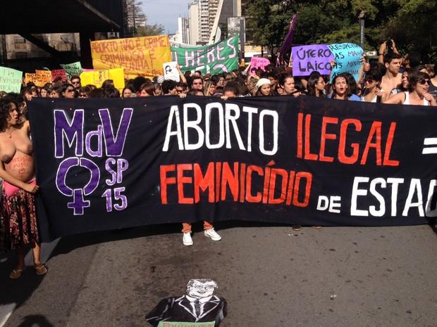Grupo pede legalização do abordo na 'Marcha das Vadias' durante manifestação na Avenida Paulista, em São Paulo (Foto: Paula Paiva Paulo/G1)