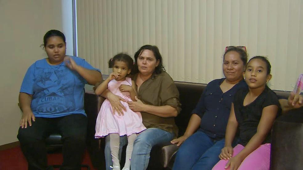 Judite Santa Lima e Rúbia Braga adotaram Bia, deficiente visual (de vestido rosa) (Foto: Reprodução/Rede Amazônica)