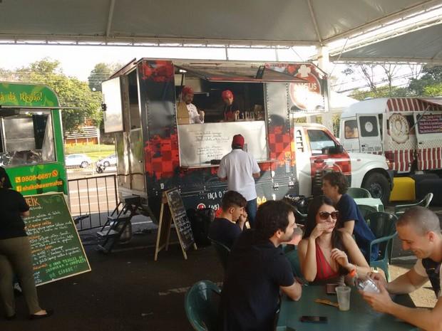 Restaurantes e food trucks fazem parte das atrações do Festival de Inverno de Foz do Iguaçu que segue até domingo (Foto: Fabiula Wurmeister / G1)