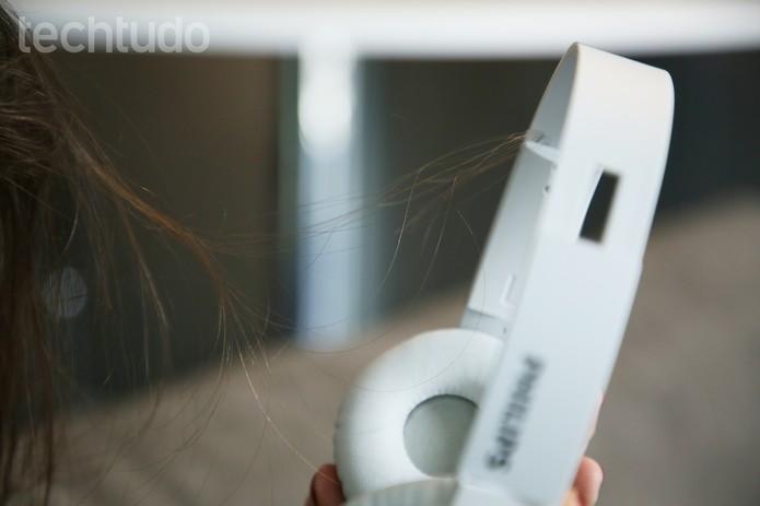 Fone Philips cabelo preso (Foto: Anna Kellen Bull/TechTudo)