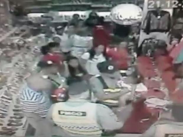 PMs salvam bebê que estava engasgado em Formosa, Goiás (Foto: Reprodução/TV Anhanguera)