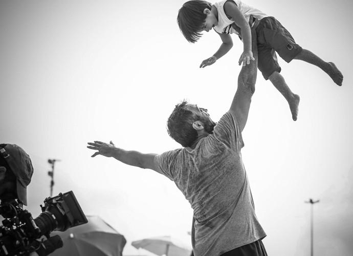 Domingos Montagner se diverte com seu filho da ficção em uma sequência para lá de fofa que os dois gravaram na praia (Foto: Raphael Dias/Gshow)