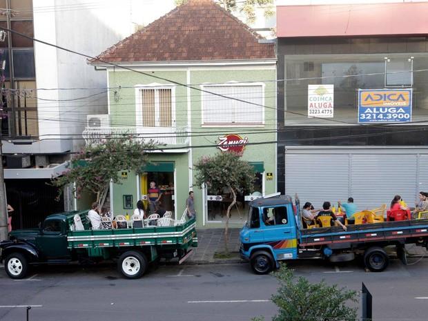 Clientes estacionam caminhões em frente à restaurante em Caxias do Sul (Foto: Daniela Xu/Arquivo Pessoal)