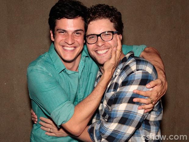 Mateus Solano e Thiago Fragoso se abraçam ao fim da novela (Foto: Pedro Curi/TV Globo)