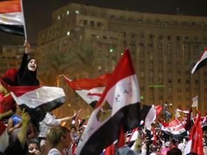 3/7 - Egípcios comemoram a derruba do presidente egípcio (Foto: Suhaib Salem/Reuters)