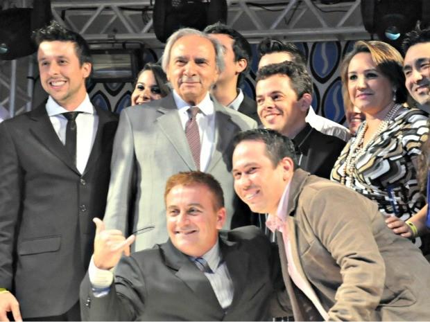 Ueze Zahran entregou o troféu da categoria Gran Prix para agência RE9 Ideias (Foto: Leandro Abreu/G1 MS)