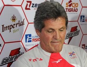Roberto Oliveira, técnico interino do Vila Nova (Foto: Fernando Vasconcelos / Globoesporte.com)