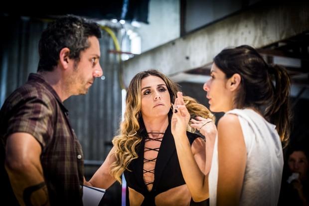 Alexandre Nero e Giovanna Antonelli sendo dirigidos por Joana Jabace (Foto: Globo/João Miguel Júnior)