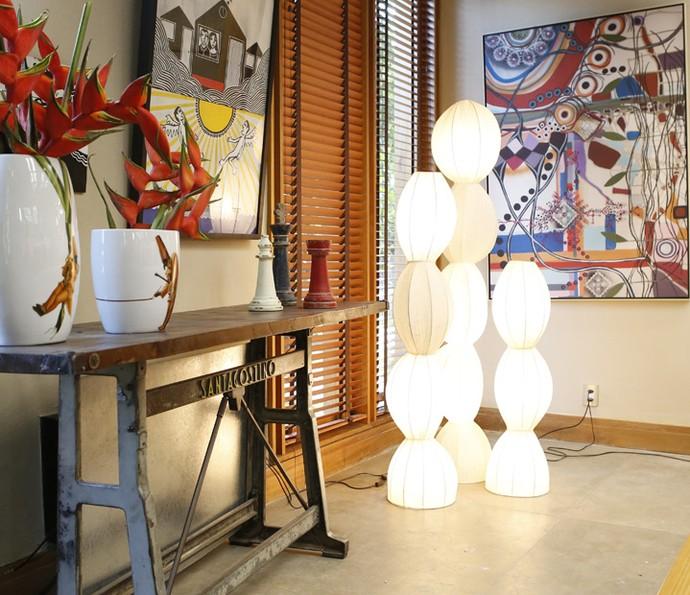 Em um dos cantos da sala, três luminárias de chão fazem o conjunto perfeito (Foto: Ellen Soares / Gshow)
