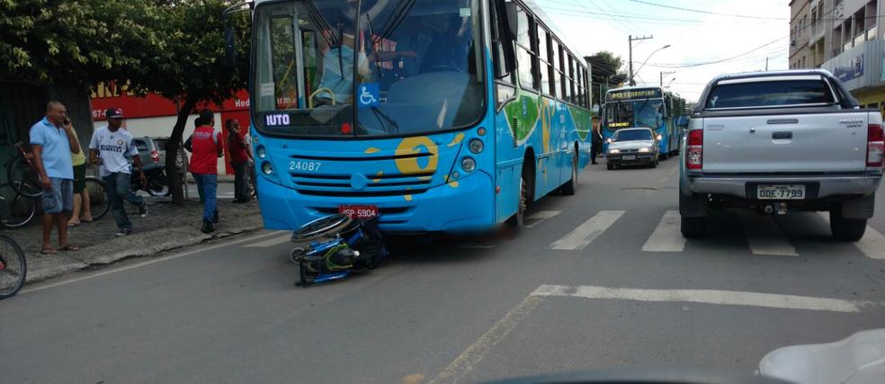 Cadeirante morre atropelado por ônibus do Transcol, no bairro Jardim Tropical, na Serra, Espírito Santo (Foto: Foto leitor/ Gazeta Online)
