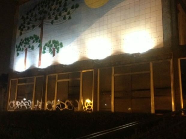 Prédio da Prefeitura de Curitiba foi pixado e teve vidros quebrados (Foto: Ariane Ducati / ÓTV)