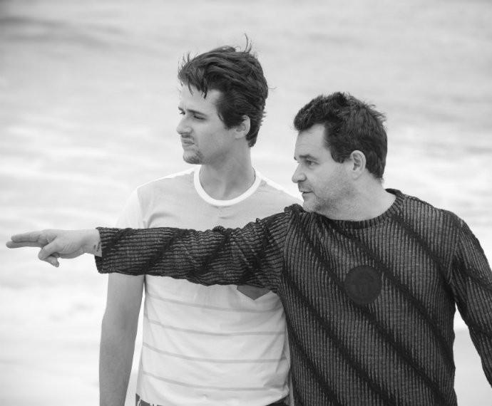 O diretor Marco Rodrigo com Gil Coelho durante as gravações na praia (Foto: Raphael Dias/Gshow)