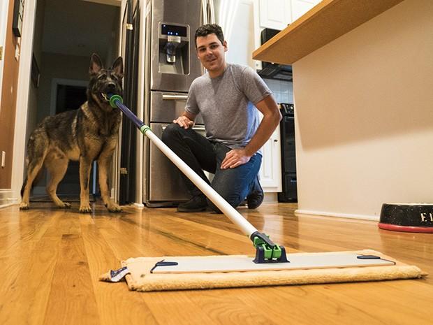 Cachorro mordono! Baron gosta de ajudar com as tarefas domésticas (Foto: Divulgação)