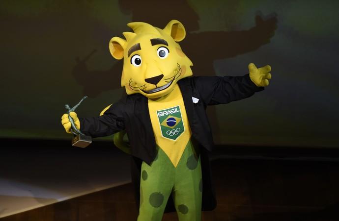 Ginga, o mascote do Time Brasil, recebeu o troféu de Thiago Pereira (Foto: André Durão/Globoesporte.com)