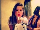 Nasser mostra Andressa apagando a vela do bolo de aniversário
