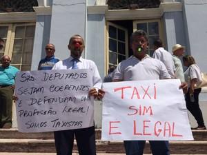 Uber X táxis em audiência pública na Alepe (Foto: Thays Estarque/G1PE)