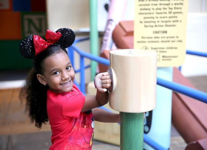 Sophia aproveita a facilidade de usar as Magic band para entrar nos brinquedos (Foto: Leonardo Viso/ Gshow)