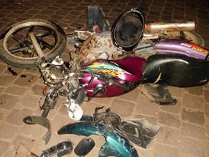 Motocicleta ficou danificada após acidente em Seberi (Foto: Divulgação/PRF)