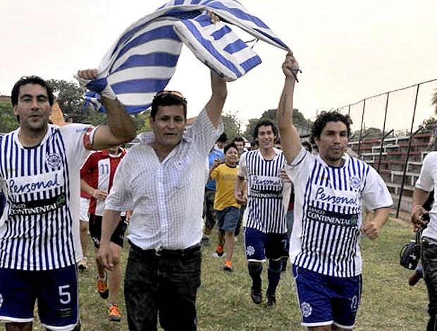 Cabañas dá volta olímpica após conquista da Terceirona paraguaia (Foto: Reprodução)