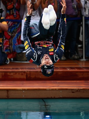 Webber dá mortal de costas em piscina (Foto: Getty Images)