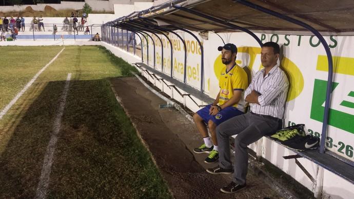 Técnico Cleibson Ferreira não pôde fazer nenhuma substituição ao longo do jogo contra o Petrolina (Foto: Ednardo Blast/ TV Grande Rio)