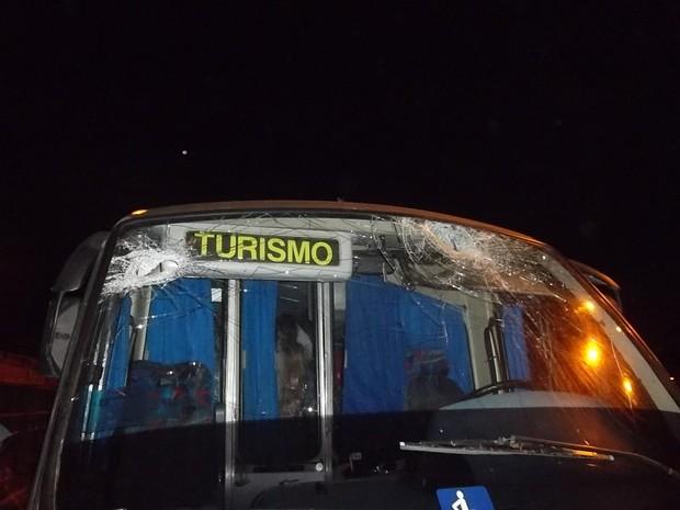 Micro-ônibus foi atingido no vidro dianteiro em Balneário Camboriú (Foto: PRF/Divulgação)
