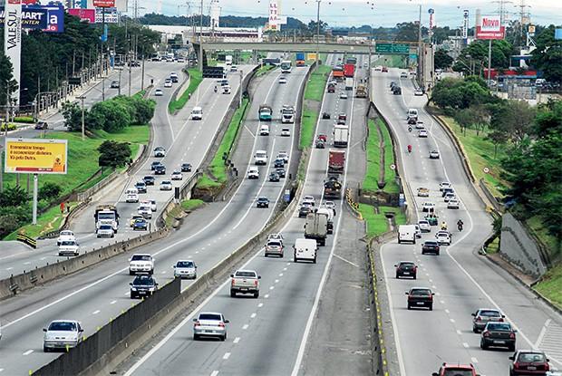 UBÍQUAS Trecho da Rodovia Presidente Dutra, entre Rio e São Paulo. A Camargo Corrêa faz parte do consórcio que administra a via (Foto: Nilton Cardin/Folhapress)
