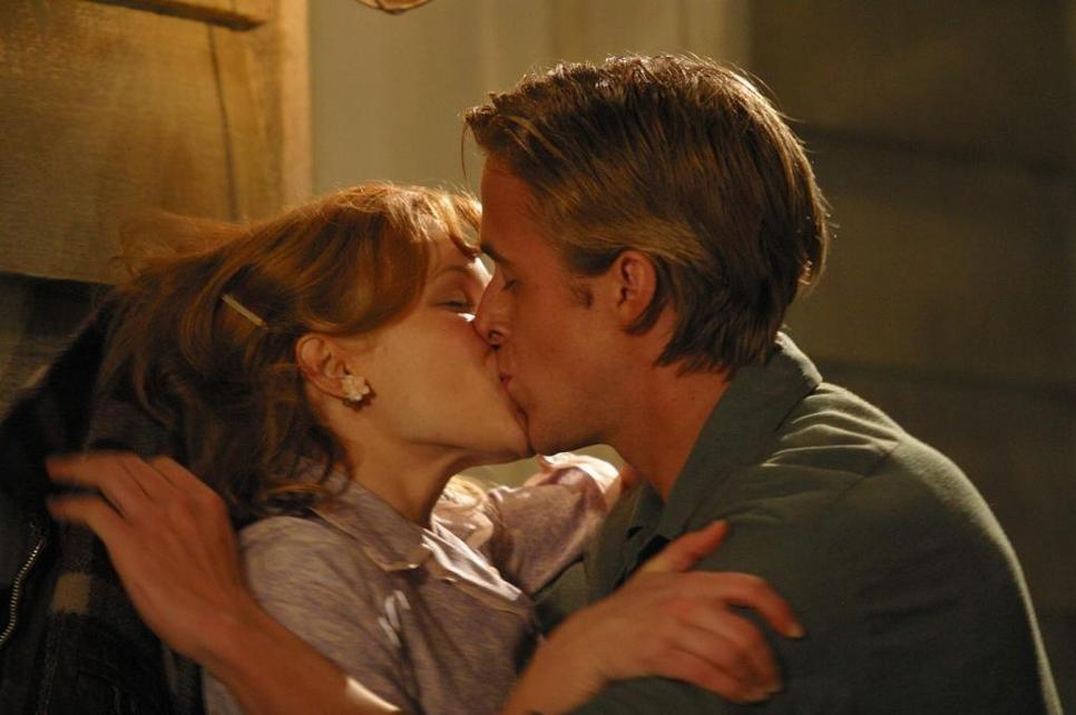Uma das cenas mais lindas de 'Diário de Uma Paixão' é quando Allie (Rachel) perde sua virgindade com Noah (Ryan) de maneira romântica. (Foto: Reprodução)