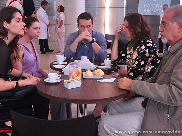 Daniel deixa todos chocados ao avisar que vai se casar com Perséfone (Foto: Amor à Vida/TV Globo)