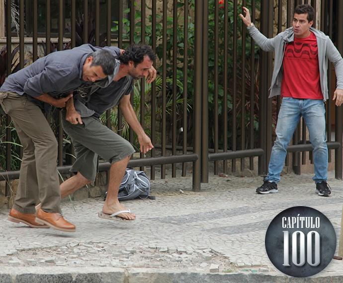 Valentão, Carlos salva Diogo de assalto (Foto: Artur Meninea/TV Globo)