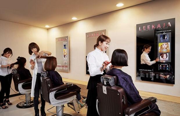 Salão de cabelereiro na Coreia do Sul troca espelhos por TVs transparentes de OLED. (Foto: Divulgação/Samsung)