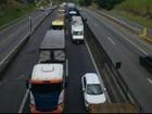 Engavetamento deixa o trânsito lento na Via Dutra, em Barra Mansa, RJ