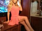 Mariah Carey posa de vestido curtinho e exibe belo par de pernas