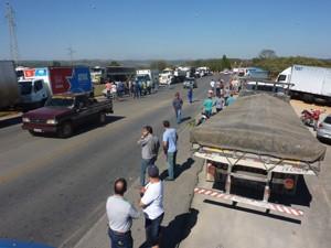 Caminhoneiros estão parados dos dois lados da pista (Foto: Zenaido Lima da Fonseca/Arquivo Pessoal)