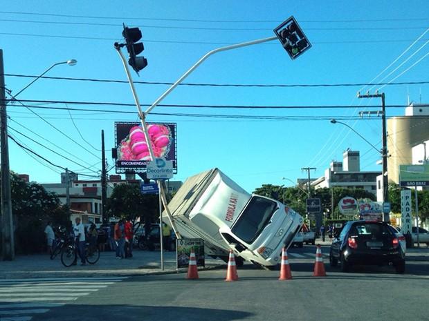 Caminhão tombou por cima do semáforo (Foto: Cristina Bernardo/Acervo Pessoal)