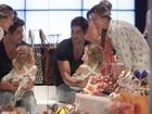 Victor Pecoraro faz compras com a mulher e paparica a filha em shopping