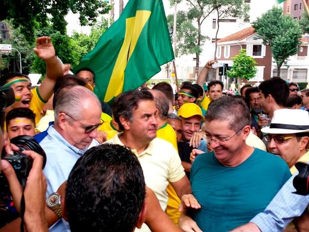 BELO HORIZONTE - O senador Aécio Neves (PSDB) participa da manifestação em Belo Horizonte. Aécio deu breve entrevista (Foto: Pedro Ângelo/ G1)