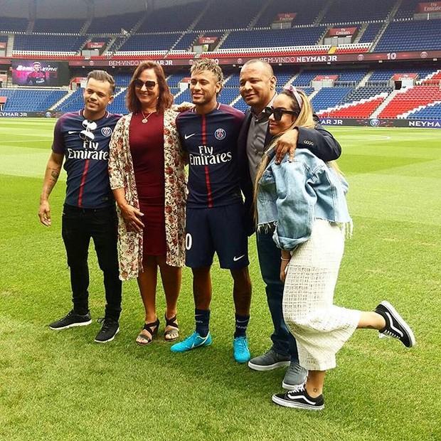 Neymar Jr com a família, em Paris (Foto: reprodução/instagram)