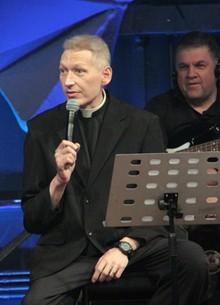 Padre comenta investigação (Marcos Mazini/Gshow)