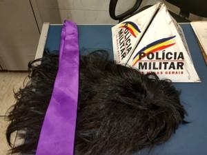 Peruca usada por um dos assaltantes de joalheria em MG (Foto: Sulamita França/G1)