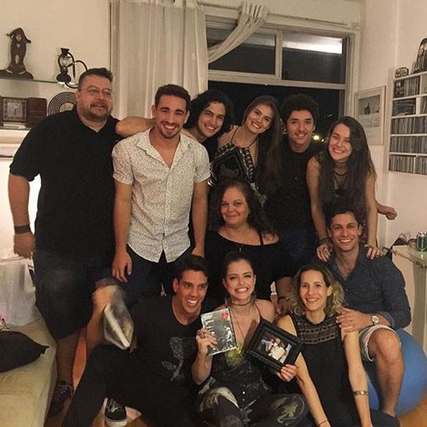 Agatha Moreira e Camila Queiroz com amigos de Verdades secretas em festa no Rio (Foto: Instagram/ Reprodução)