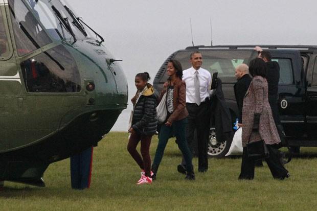 Malia, Sasha, Michelle e Barack Obama embarcam no helicóptero Marino One, em Chicago, nesta quarta-feira (7), de volta a Washington (Foto: AFP)