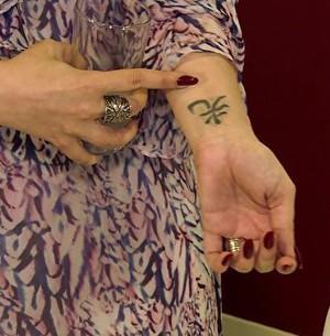 Cantora mostra tattoos e diz que cobriu homenagem  (Sai do Chão / TV Globo)