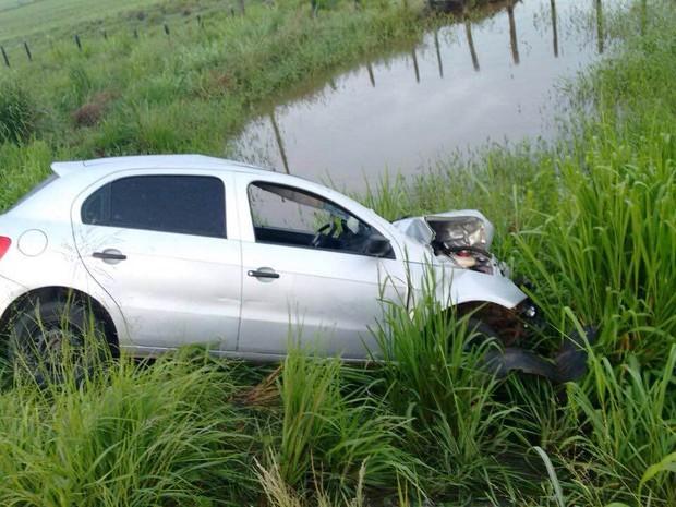 Motorista que bateu nas motocicletas abandonou veículo e fugiu (Foto: PRF)
