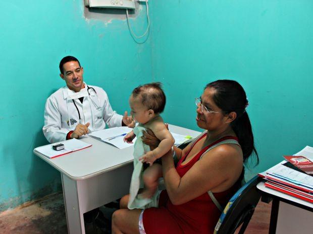 Médico cubano Júlio Almira falou que população recebeu bem a vinda dos profissionais estrangeiros (Foto: Adneison Severiano/G1 AM)