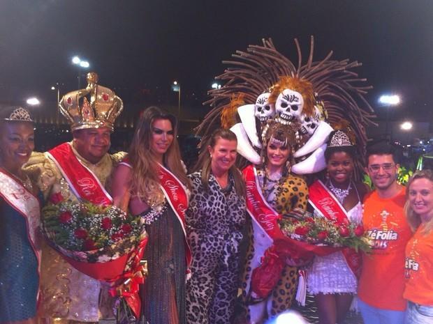 Vencedoras do Top Show e Rainha Gay posaram junto a autoridades e corte de São José (Foto: Prefeitura de São José/Divulgação)